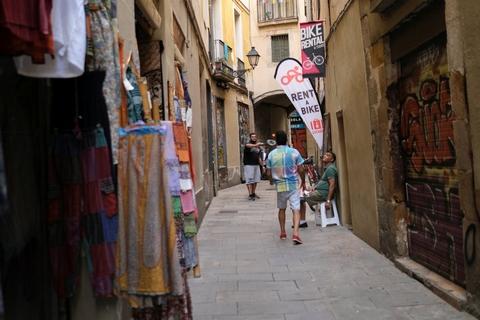 Indehavere af souvenirbutikker og en cykel-udlejningsforretning spiller bold på gaden i Barcelona, mens de venter på turisterne, efter indførelse af nye restriktioner på grund af coronakrisen.