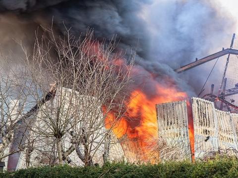 En stor brand i Henne skaber problemer for togtrafikken i området.
