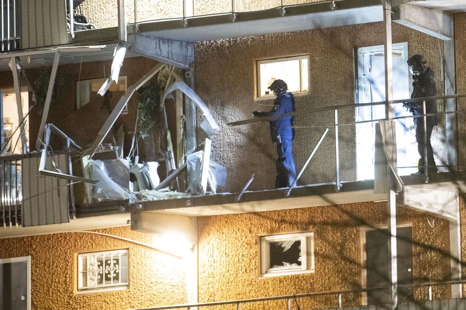 Politiet undersøger en af de bygninger, hvor en bombe eksploderede på Törnbergsgatan i forstaden Husby. (Foto: Fredrik Sandberg/TT/Ritzau Scanpix)