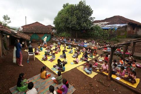 Landsbyen Dandwal er et af de små samfund i Indien, som har kæmpet med et coronaudbrud. Her får børn i slutningen af juli lydundervisning via en højttaler, mens de holder afstand for at undgå smitte.