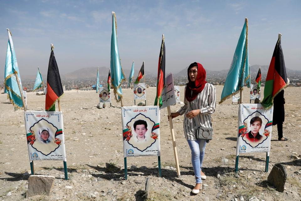 Mens volden eskalerer mange steder i Afghanistan siger den særligt udsendte amerikanske fredsmægler Zalmay Khalilzad, at Taliban ikke er indstillet på en permanent våbenhvile nu. Civilebefolkningen betaler en  høj pris for volden. På billedet sørger en  kvinde over ofre for et selvmordsangreb på en skole for to år siden.
