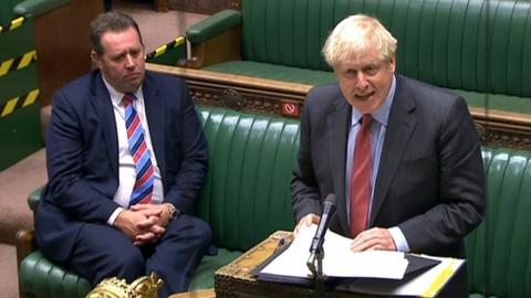 Premierminister Boris Johnson præsenterede tirsdag en række nye restriktioner, der skal bremse smittespredningen af coronavirus i Storbritannien.