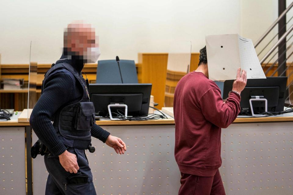 Den anklagede syrer, den 44-årige  Eyad al-Gharib, føres ind i retten i Koblenz onsdag. Her får han fire et et halvt års fængsel for at bistå Assad-regimet med tortur og fængsling.
