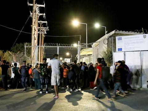 Tusindvis af migranter og flygtninge måtte evakueres, da der udbrød brand i lejren på den græske ø Lesbos.