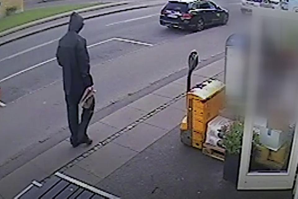Her ses den formodede drabsmand på et billede fra overvågninsvideoen udsendt af Københavns Politi.