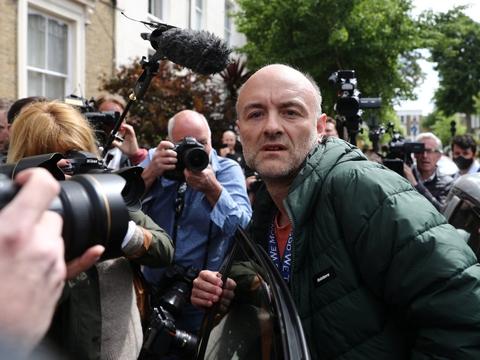 Der var stort presseopbud, da Dominic Cummings søndag forlod sit hus i London. Han ankom søndag eftermiddag til Downing Street.