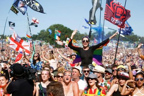Der kommer til at gå noget tid endnu, før gæster igen kan feste, sådan som de her gjorde på Glastonbury Festival i 2019. (Arkivfoto)