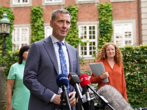 Justitsminister Nick Hækkerup (S), Rosa Lund (EL), Karina Lorentzen (SF) og Kristian Hegaard (RV) præsenterer ny aftale om samtykkelov i Justitsministeriets gård.
