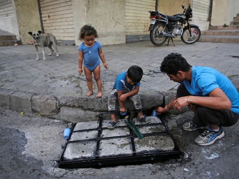 Hjemløs gadessælger sammen med børn i Tegucigalpa i Honduras under coronakrisen. som har forringet børns tilværelse katastrofalt mange stedet i verden.