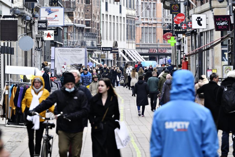 Mange kunder fandt mandag vej til landets butikker, der for manges vedkommende fik lov til at slå dørene op igen efter måneders nedluking.
