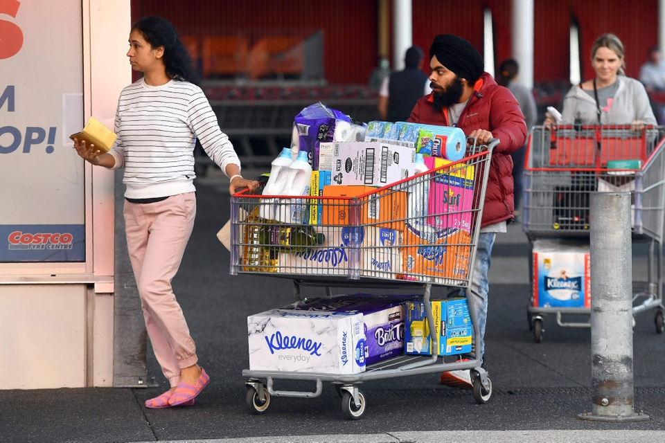 Et nyt virusudbrud i den australske storby Melbourne har igen fået folk til at hamstre toiletpapir og andre nødvendigheder. Her ses kunder forlade et Costco-supermarked onsdag.