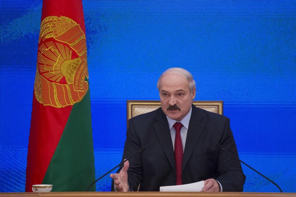 Hvideruslands stærke mand, Alexander Lukasjenko, Hvideruslands præsident, Aleksandr Lukasjenko, siger i et interview, at han muligvis har siddet for længe på sin post.