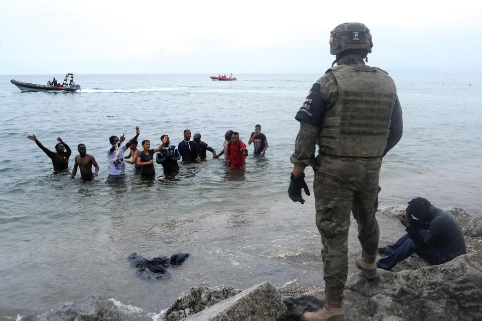 Rekordmange migranter svømmede fra Marokko til Ceuta, men mange af dem er allerede returneret, siger den spanske indenrigsminister på et pressemøde tirsdag.