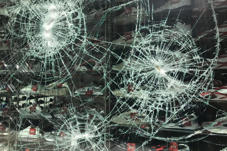 Et af flere smadrede butiksvinduer i Stuttgart efter optøjerne. Videoer på Twitter viser personer, som bryder ind i butikker ved at smadre butiksvinduer. En butik fyldt med smykker blev fuldstændigt tømt for genstande. Det rapporterer det regionale medie SWR.