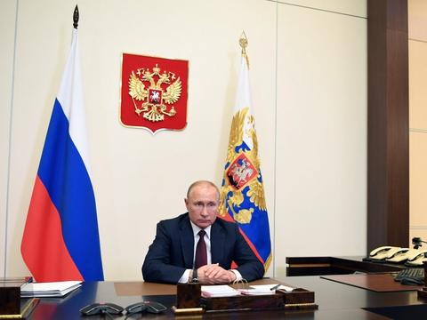 En tidligere guvernør i en russisk region har udfordret præsident Vladimir Putin med et sagsanlæg. Sagen er den første af sin art i Rusland i årtier.