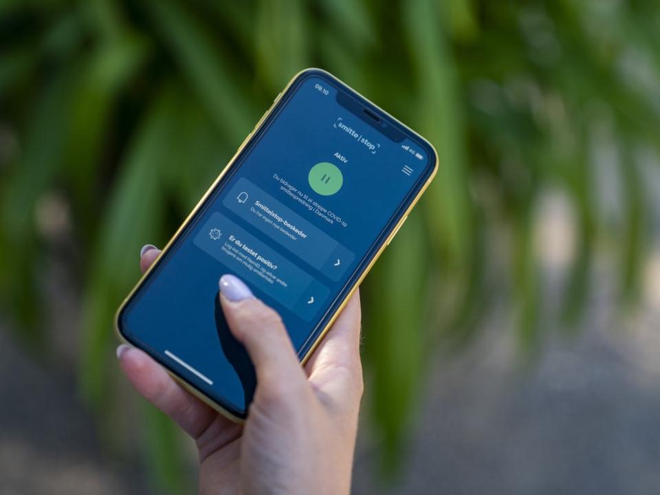 """Med appen """"Smittestop"""" kan brugere give besked til andre brugere af appen, som man har været tæt på, hvis man bliver testet positiv med ny coronavirus. (Arkivfoto)."""
