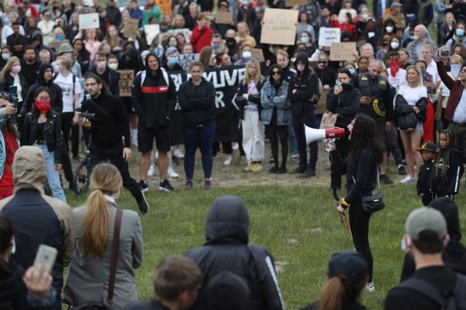 """Omkring 1000 mødte torsdag op til en """"Black Lives Matter""""-demonstration i Malmø. Politiet måtte på grund af forsamlingsforbud opløse demonstrationen."""