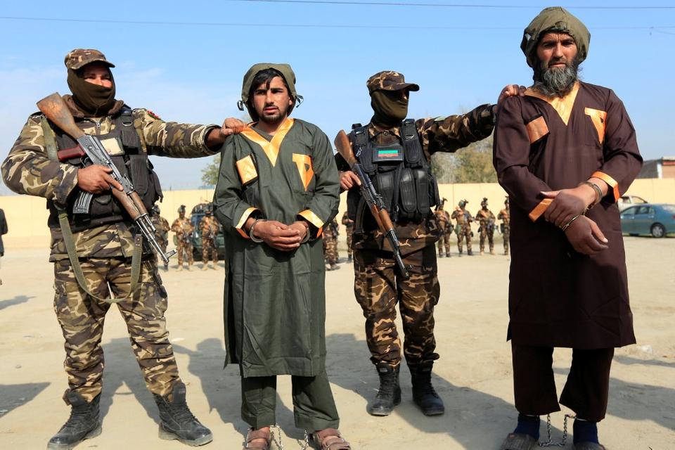 Tilfangetagne Taliban-oprørere, som blev anholdt med sprængstoffer i deres bil for nylig i den afghanske by Jalalabad. En fredsaftale mellem Taliban og USA bliver måske underskrevet i denne måned, siger flere kilder til Reuters.