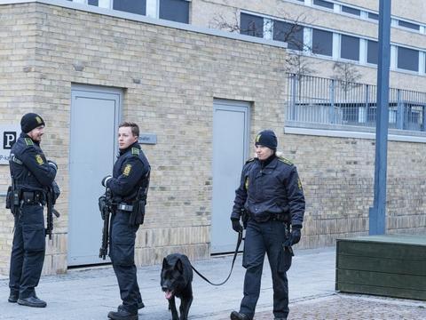 Bevæbnede betjente stod ved Retten i Holbæk, hvor det tirsdag bliver besluttet, hvorvidt seks personer fortsat skal sidde varetægtsfængslet i en terrorsag. Sigtelserne mod de seks er fortsat ukendt for offentligheden.