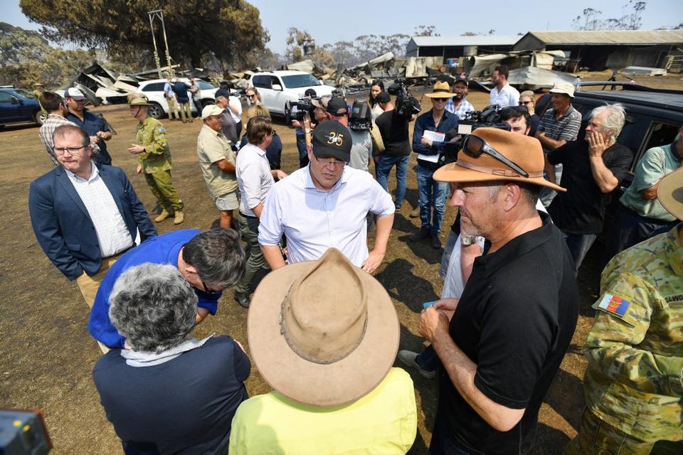 Premierminister Scott Morrison (i hvid skjorte, rd.) besøgte onsdag i sidste uge Stokes Bay på Kangaroo Island sydvest for Adelaide, der er hårdt ramt af bushbrande.