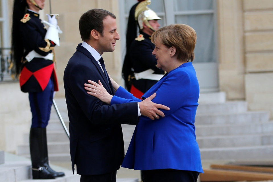 Frankrigs præsident, Emmanuel Macron, holder senere mandag en videokonference med den tyske forbundskansler, Angela Merkel om en genopretning af EUøs økonomi. Den franske og den tyske leder, der her ses i Paris i juli 2017,  har gennem den såkaldte fransk-tyske ofte ført an i reformer i EU.
