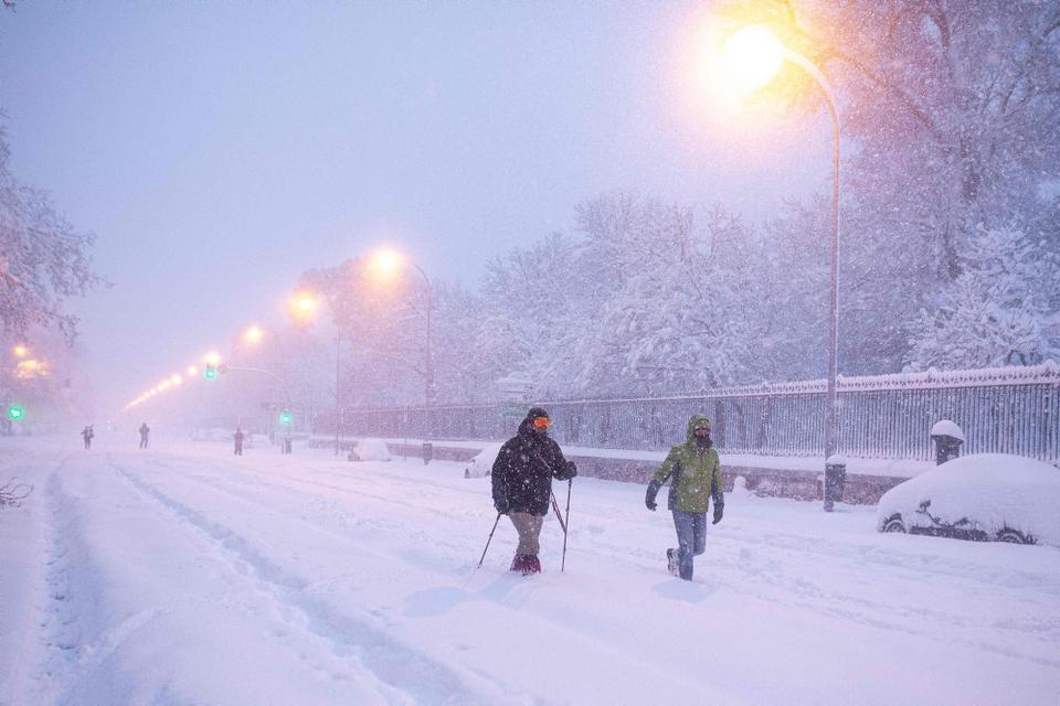 Statens meteorologiske institut oplyser, at der faldt op mod 20-30 centimeter sne i Madrid lørdag. Det er det kraftigste snefald i området siden 1971.