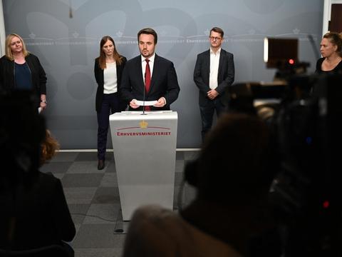 Søndag aften har et bredt politisk flertal - med erhvervsminister Simon Kollerup (S) i spidsen - indgået en aftale om kompensation til barer, caféer og restauranter, der lider under de nuværende coronarestriktioner.