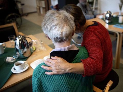 Der kan eksempelvis komme til at mangle personale inden for omsorgs- og ældreområdet på grund af coronasituationen, og det forbereder kommunerne sig på. (Arkivfoto)