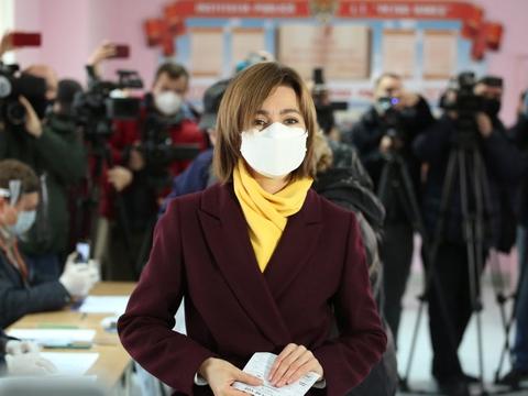 Under stor mediebevågenhed afgav oppositionskandidaten Maia Sandu søndag sin stemme på et valgsted i Moldovas hovedstad, Chisinau.