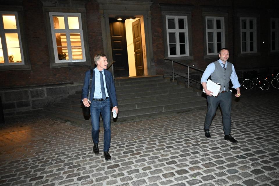 DF's formand, Kristian Thulesen Dahl, og NB's finansordfører, Lars Boje Mathiesen, forlader forhandlinger natten til mandag.