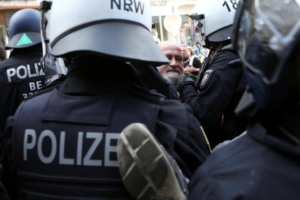 Politiet i Berlin opløste lørdag stor demonstration med 38.000 deltagere mod coronarestriktioner. Demonstranterne overholdt ikke afstandskrav.