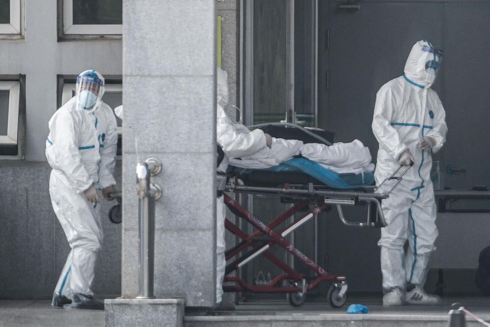 Sundhedsmedarbejdere kører en båre med en patient ind på et hospital i millionbyen Wuhan i den centrale provins Hubei lørdag. Forskere har advaret om, at omfanget af det ukendte, sars-lignende virus kan være større end hidtil antaget.
