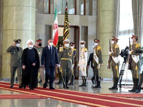 Irans præsident, Hassan Rouhani, og landets premierminister, Mustafa al-Kadhimi, ses her under en velkomstceremoni 21. juli i hovedstaden Teheran.
