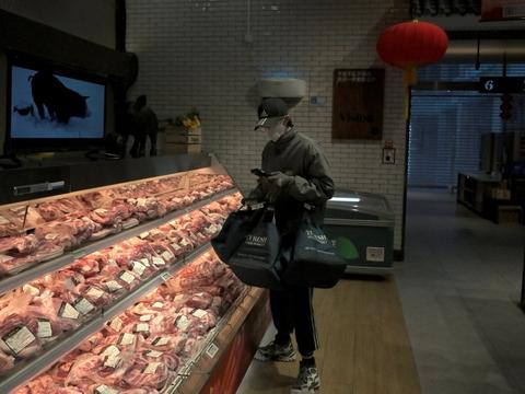 Kunde i supermarked i Beijing, hvor udbrud af coronavirus har skabt øget inflation. Officielle tal i Kina viser, at priserne på kinesiske varer er steget til det højeste niveau i otte år.
