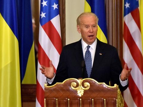 USA vil aldrig anerkende Ruslands annektering af Krim-halvøen, siger præsident Joe Biden. Her er han fotograferet under et besøg i Ukraine i december 2015, da han var vicepræsident under præsident Barack Obama.